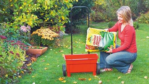 Frau mit Azet HerbstRasenDünger